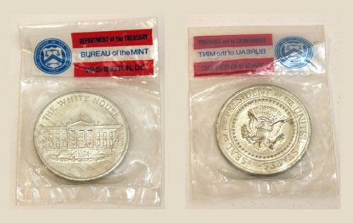 Mint medal with white house on the obverse and presidential seal on the reverse